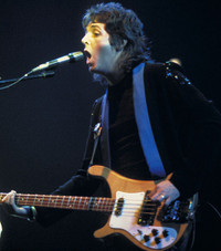 Paul_mccartney_during_a_wings_conce
